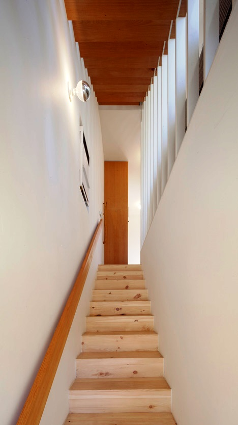 Desain Interior Terbaik Untuk Rumah Sempit - Eel's Nest by Anonymous Architects 2