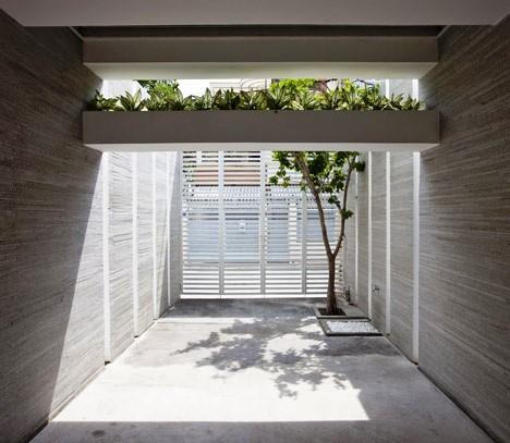 Desain Interior Terbaik Untuk Rumah Sempit - Stacking Green by Vo Trong Nghia 2